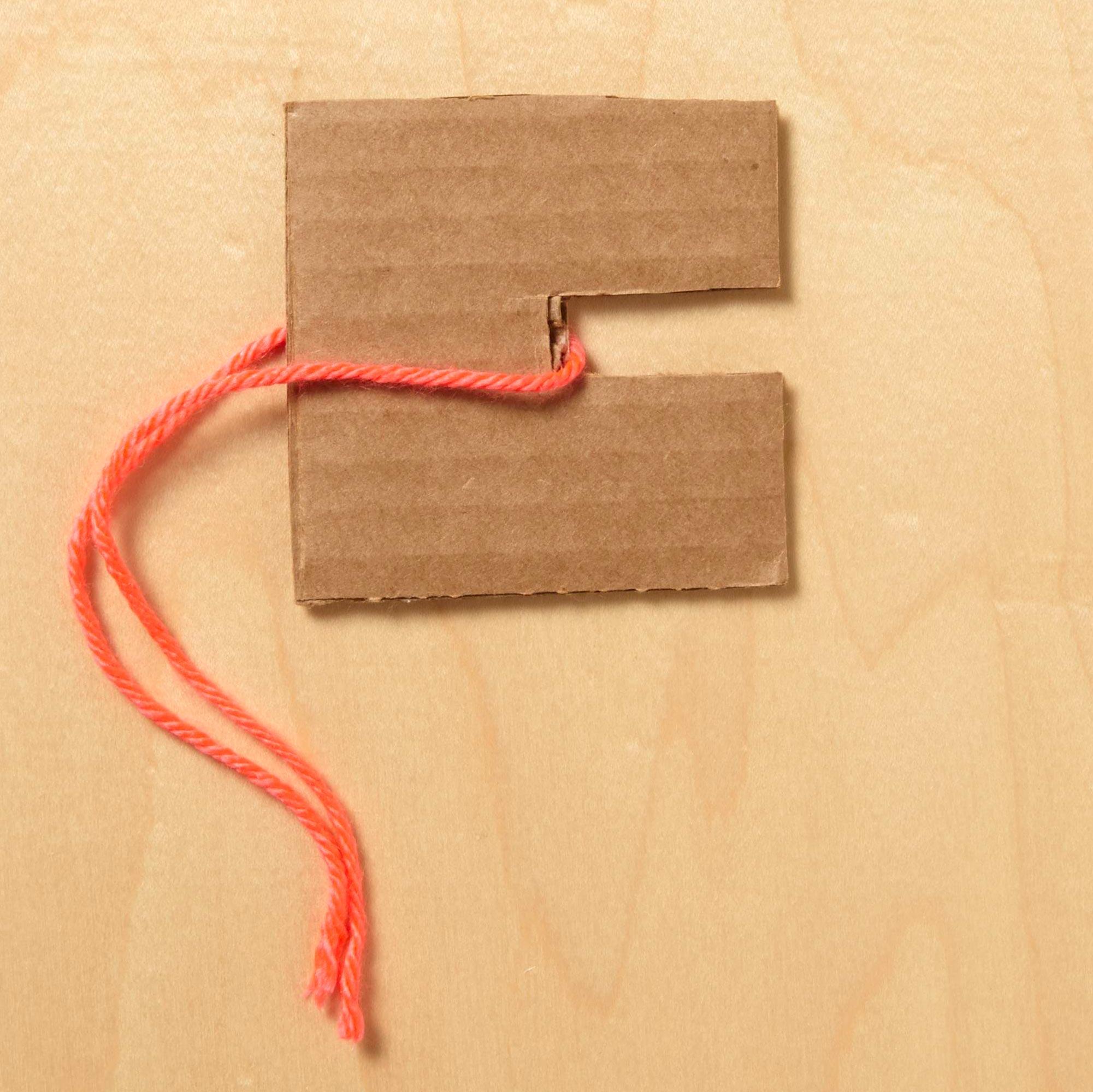 How to make pompoms, step 1