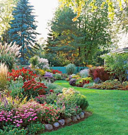 35 Beautiful Backyards – Backyard Plant Ideas