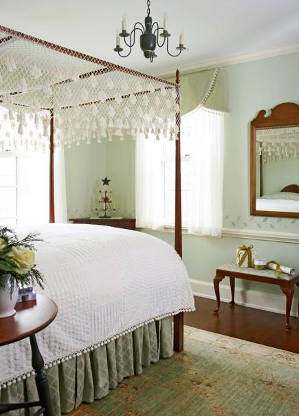 Colonial christmas decor ideas midwest living for Colonial bedroom decor