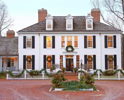 Colonial christmas decor ideas midwest living for Modern colonial home exterior