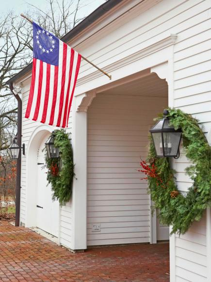 Colonial christmas decor ideas midwest living for Colonial home christmas decorations