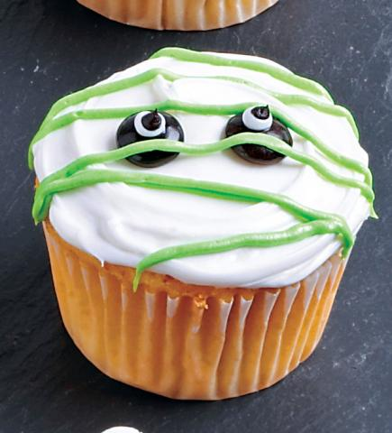 mummy cupcakes decorate this super easy halloween
