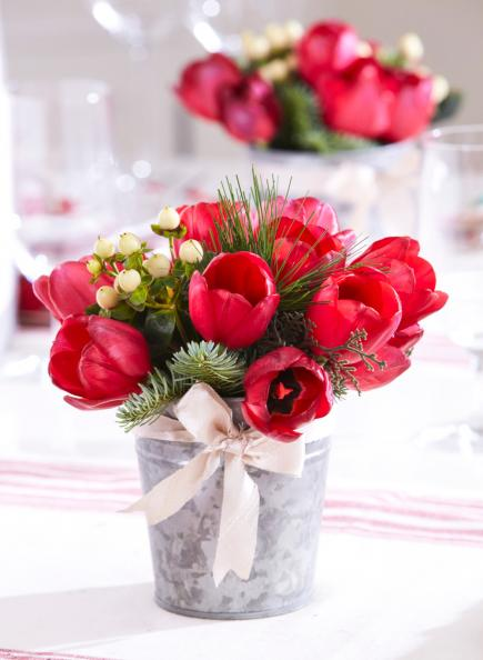 festive tulips - Easy Christmas Table Decorations Ideas